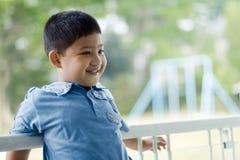 Kind mit Spielplatzhintergrund Lizenzfreies Stockfoto