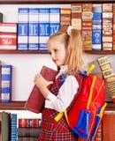 Kind mit Stapelbuch. Lizenzfreie Stockfotografie