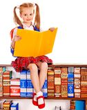 Kind mit Stapelbuch. Stockfotos