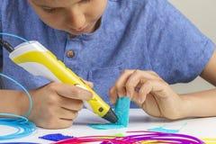 Kind mit Stift dem Drucken 3d, der neuen Artikel schafft lizenzfreie stockfotos