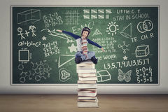 Kind mit Sturzhelm und Bücher in der Klasse Stockfoto