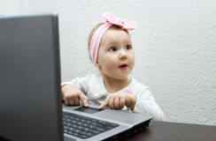 Kind mit Tablet-Computer Stockbild