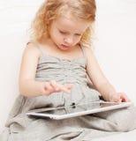 Kind mit Tablette lizenzfreie stockfotografie