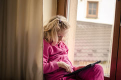 Kind mit Tablettengerät Lizenzfreies Stockbild