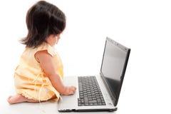 Kind mit Technologie stockfotos
