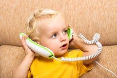 Kind mit Telefon Stockbilder