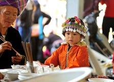 Kind mit traditioneller Kappe stockfotos
