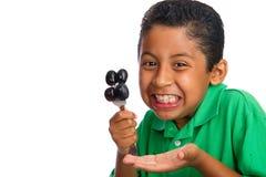 Kind mit Trauben auf Gabel Lizenzfreie Stockbilder