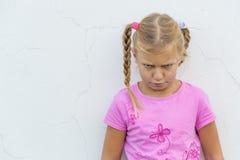 Kind mit traurigem Ausdruck stockfoto