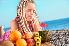 Kind mit tropischer Frucht Lizenzfreies Stockbild