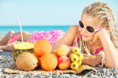Kind mit tropischer Frucht stockbild