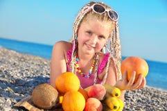 Kind mit tropischer Frucht Stockfotografie