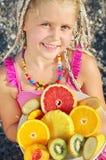Kind mit tropischer Frucht stockfotos