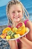 Kind mit tropischer Frucht stockbilder