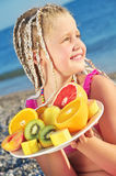 Kind mit tropischer Frucht stockfoto