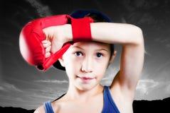 Kind mit Verpackenhandschuh Stockfoto