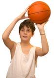 Kind mit weißer Weste mit Basketballball im weißen Hintergrund Stockbild