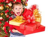 Kind mit Weihnachtsgeschenkkasten. Stockfoto