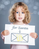 Kind mit Weihnachtskarte Lizenzfreie Stockfotos