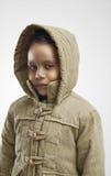Kind mit Winterkleidung stockfotos