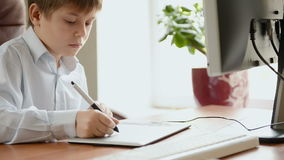 Kind mit Zeichnungstablette stock footage
