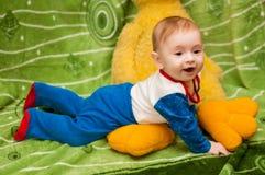 Kind 6 Monate alte und auf einer blauen Decke des sternenklaren Himmels zu Hause lächeln Stockfotos