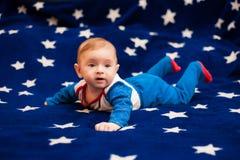 Kind 6 Monate alte und auf einer blauen Decke des sternenklaren Himmels zu Hause lächeln Lizenzfreies Stockbild