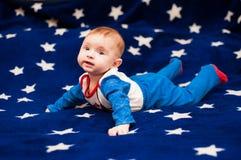 Kind 6 Monate alte und auf einer blauen Decke des sternenklaren Himmels zu Hause lächeln Lizenzfreies Stockfoto