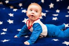 Kind 6 Monate alte und auf einer blauen Decke des sternenklaren Himmels zu Hause lächeln Lizenzfreie Stockbilder