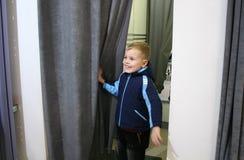 Kind in montage-ruimte royalty-vrije stock fotografie