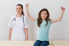 Kind nahe bei Doktor In Hospital Lizenzfreie Stockfotos
