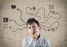 Kind nahe bei einer gemalten Wand Lizenzfreie Stockbilder