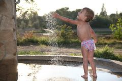 Kind nahe dem Brunnen Stockbilder