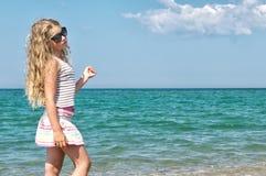 Kind nahe dem Meer Stockbilder