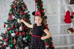Kind nahe neu-jährigem Baum Lizenzfreies Stockfoto