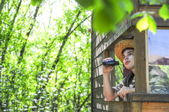 Kind, Natur in seiner Kabine beobachtend stockfotografie