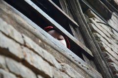 Kind Nepalese, der seine Mutter wartet Stockfotografie