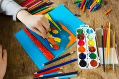 Kind nimmt an Kreativität teil Lizenzfreie Stockfotos