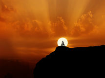Kind oder kleiner Junge Schattenbild und bycicle auf Klippe allein auf Sonne Stockbilder