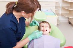 Kind ohne Furcht am Zahnarzt lizenzfreie stockfotografie