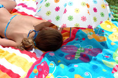 Kind onder paraplu stock afbeelding
