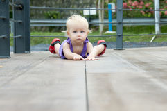 Kind op de vloer royalty-vrije stock foto