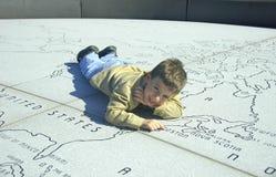 Kind op een Kaart van de Steen royalty-vrije stock afbeelding