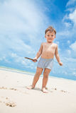 Kind op een strand stock foto