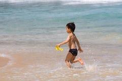 Kind op een strand Stock Afbeeldingen
