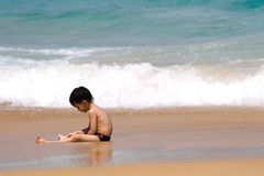 Kind op een strand Stock Afbeelding