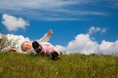 Kind op een weide stock afbeelding