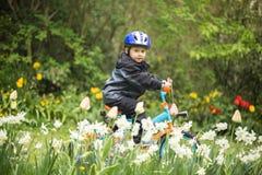 Kind op fiets stock foto's