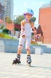 Kind op gealigneerde rollerbladevleten Stock Foto's