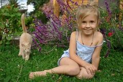 Kind op het gras Stock Foto